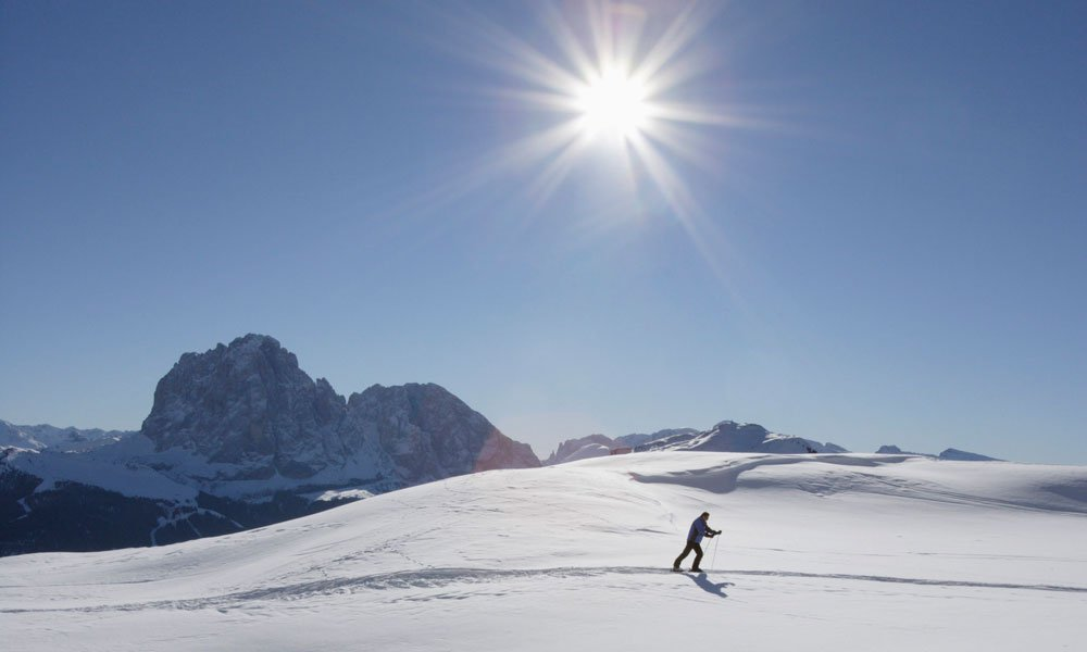 Cross-country skiing in the Pusteria Valley: winter magic under the sun